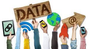 manos alzadas sujetando datos