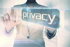 hombre con traje que sostiene la etiqueta privacy