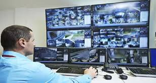 hombre observando varios monitores.